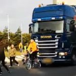 Activistas veganos contra un camionero que aplastó la bicicleta a un manifestante
