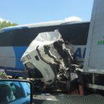 Tres heridos tras la brutal colisión entre un autobús, un camión y un turismo en la A-92 entre Antequera y Archidona