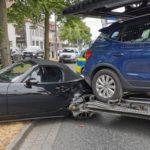 Un camión portacoches español, se lleva un Mazda enganchado en la cola en un giro, provocando daños por 20.000 euros