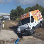 Una furgoneta de reparto embiste a un radar móvil de la Guardia Civil en Ibiza