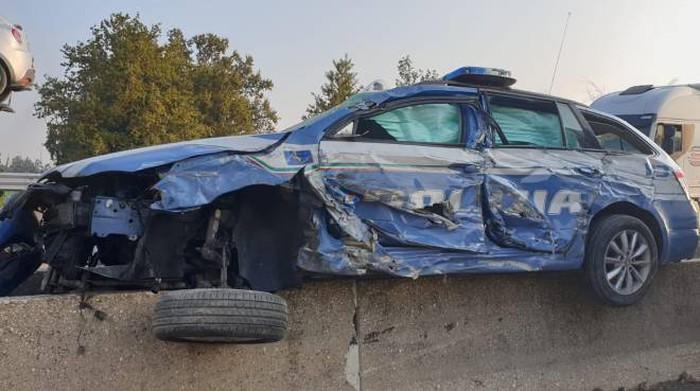 Un camión aplasta un coche policial, debido al «Punto Ciego» en la A14 Bolonia