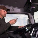 La DGT te multará sólo por llevar el teléfono móvil en la mano.