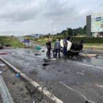 Un turismo roza la tragedia, al provocar el vuelco de un camión cisterna en la  SC-20 de Santiago