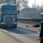 La policía asombrada, sorprende a un conductor utilizando la tarjeta de tacógrafo de una mujer