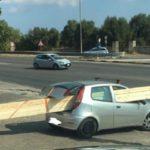 La foto de un transporte excepcional: unas vigas de 5 metros colocadas en un Fiat Punto
