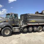 Sabes por qué algunos camiones tienen esos neumáticos adicionales que no siempre tocan el suelo?