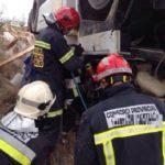 Muere el conductor de un camión cargado de alquitrán tras volcar en la A-P2