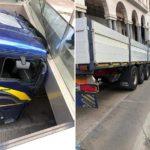 Un camión choca contra la viga de la entrada de un aparcamiento subterráneo para coches en Brescia