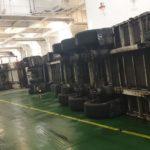 Cinco camiones vuelcan en la bodega de un buque con destino Alcúdia por el fuerte temporal