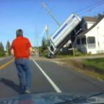 La difícil y sorprendente posición de un camión, tras sufrir un accidente y quedar vertical sobre una casa