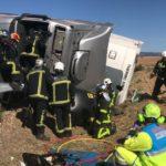 Un camionero atrapado por el brazo hora y media al volcar el camión en la N-320
