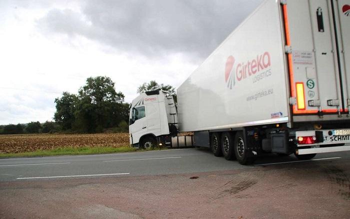 apres avoir voulu faire demi tour le camion s est embourbe dans un champ laboure