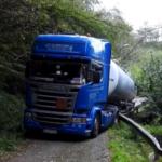 Un camión con material peligroso queda atrapado por culpa del GPS en Sondika