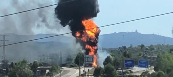 Cortadas las autovías C-16, C-17 y C-58 por la explosión de un camión con 20.000 litros de Gasolina