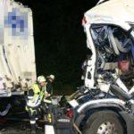 Dos camioneros de 30 y 26 años, heridos de gravedad al colisionar contra un camión detenido por obras