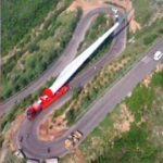 Un camión transporta la pala de una turbina eólica por 20 curvas imposibles – VÍDEO