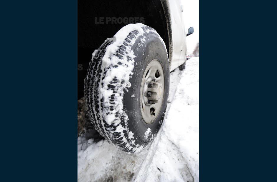 une fake news affirmant que les pneus hiver seront obligatoires dans 48 departements a partir du 1er novembre tourne sur les reseaux sociaux photo d illust