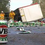 Un camión pierde su enorme carga de cerveza