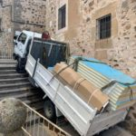 Un camión se precipita por unas escaleras por un fallo mecánico en Cáceres