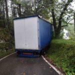 El GPS deja atrapado otro camión en un tramo de curvas de Llanes