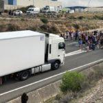 """Manifestantes cortan la AP7.  """"Las carreteras serán siempre nuestras"""""""