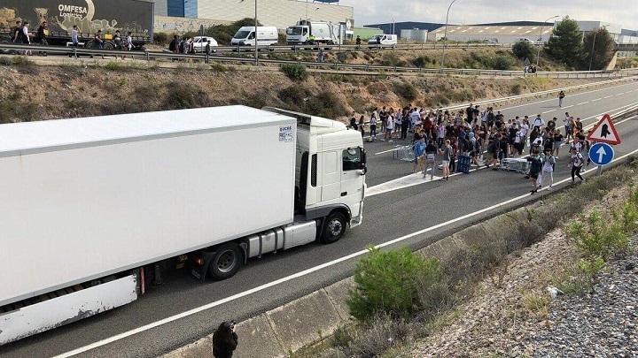 Manifestantes cortan la AP7.  «Las carreteras serán siempre nuestras»