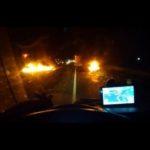 «El mundo se ha vuelto loco» Los transportistas superan barricadas en llamas con miedo