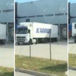 Las mil y una maniobras de un camión de J.Carrión aculando al muelle. «Nadie hemos nacido enseñados»