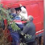 Un camionero obligado a salir por la ventanilla horrorizado, después de que otro camión le envistiese