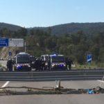 Cinco furgones y un helicóptero desbloquean la AP7 en la Jonquera