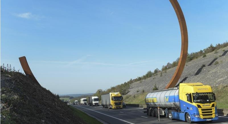 La inútil escultura de 200 tn de la E411 en Bélgica: «En vez de gastar dinero en arreglar carreteras, lo gastan en obras inútiles»