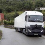 Un camión, supera inexplicablemente la maltrecha carretera donde 20 o 30 camiones se atascaron este año