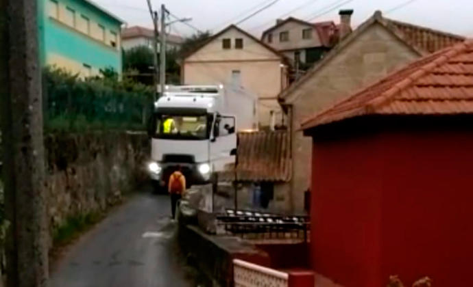 Un camión atascado por culpa del GPS, sale tras cuatro horas de maniobras de un vial de Chapela