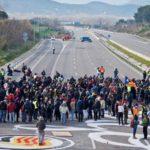 Los CDR cortan la AP-7 y otras 13 carreteras en toda Cataluña como respuesta a la sentencia