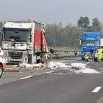 Dramático: se detiene para socorrer a un camionero, y muere atropellado por un camión