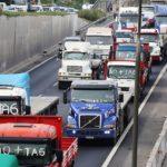 Camioneros y taxistas bloquean carreteras en Santiago de Chile en protesta contra el costo de los peajes