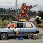 Un hombre reclama la independencia subido a un coche y con una motosierra en Sant Fruitós