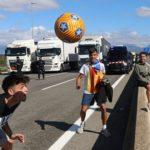 20.000 camiones afectados por el bloqueo en la frontera y cuatro radicales jugando al fútbol en la autopista