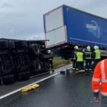 El viento huracanado vuelca un tren de carretera en la autopista en Pamplona /Vídeo/