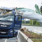 Un camión destrozado por pala gigante de la turbina eólica en la autopista alemana