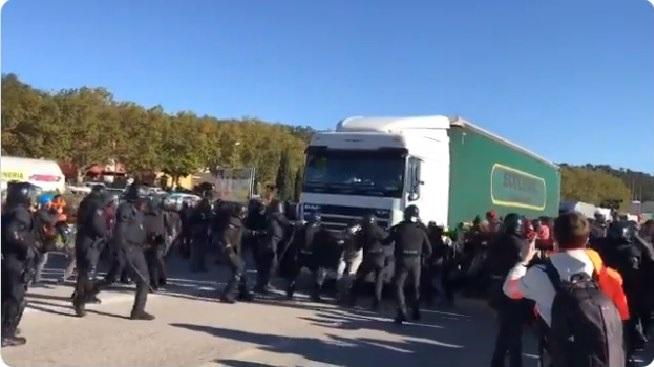 Detenido un camionero que quería trabajar y le acusan de intentar atropellar a cientos de radicales en la Jonquera