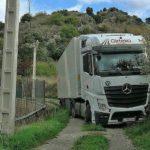 Un camión de Girteka, atascado por el GPS cuando iba a repostar en Burgos