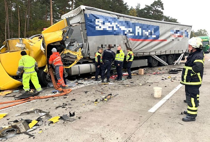 El impactante vídeo del camión que se estrella contra otro al final de un atasco