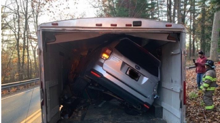 Una conductora empotra su coche dentro del remolque de un camión y sale ilesa