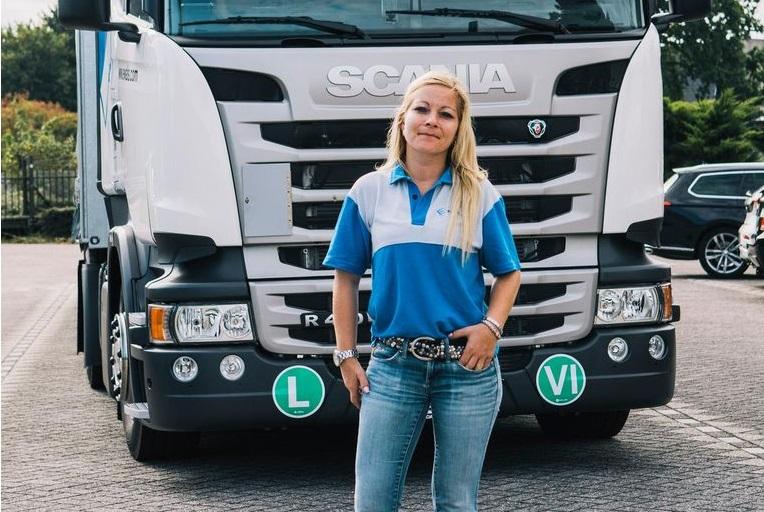 Jessica, de administrativa a camión con remolque. «Con pañales, ya iba con mi padre»