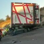 Seis heridos  en una colisión múltiple al volcar un camión sobre un coche en la A7