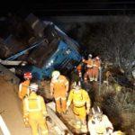 Un camionero muerto y su acompañante herido tras volcar un camión con frutas entre la A-7 y la A-35