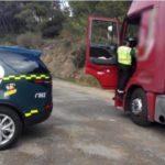 Denunciado un camionero por conducir hablando por el móvil, ebrio y con una tarjeta para vehículos pesados a nombre de otra persona en la A-10