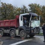 Un camionero fallece la mañana que había sido contratado, colisionando con el camión de su empleador en un STOP