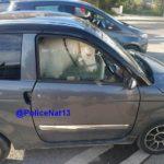 Detienen a una educadora en un coche sin carné con un poni y un niño de un año en su interior